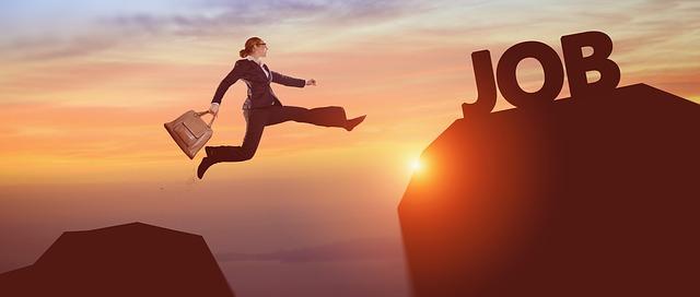 žena skáče do práce