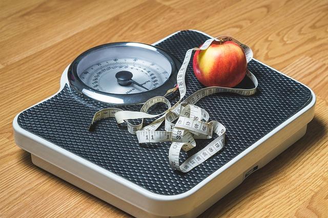 jablko s metrem na váze.jpg