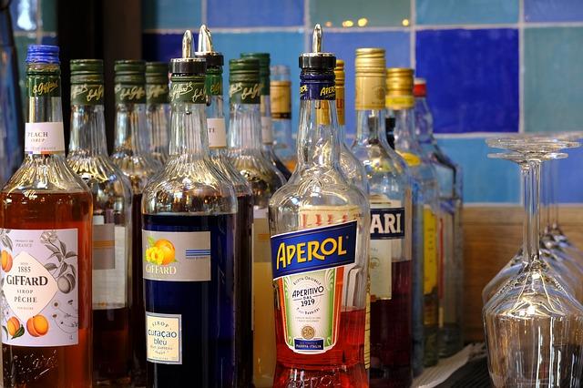 destiláty a likéry na stole