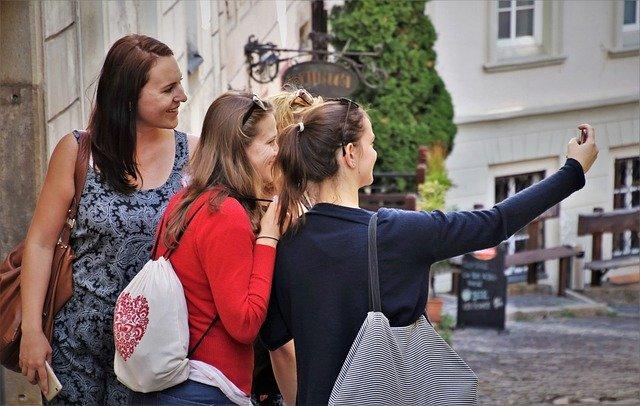 ženy s batohem na výletě pořizují selfíčko.jpg