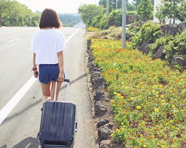 žena s kufrem na dovolené.jpg